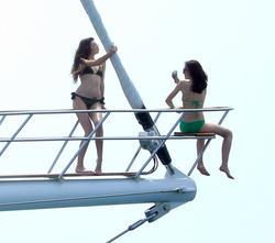 http://img215.imagevenue.com/loc126/th_106819935_KendallKylie_Jenner_BikiniDominicanRepublic_March29_2012_13_122_126lo.jpg