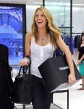 th_71864_78059-blake-lively-candid-chanel-boutique-nyc-09-0_122_5lo.jpg