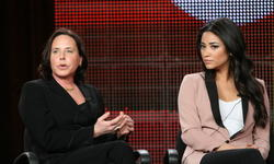 http://img215.imagevenue.com/loc607/th_14299_pretty_little_liars_tca_panel_17_122_607lo.jpg